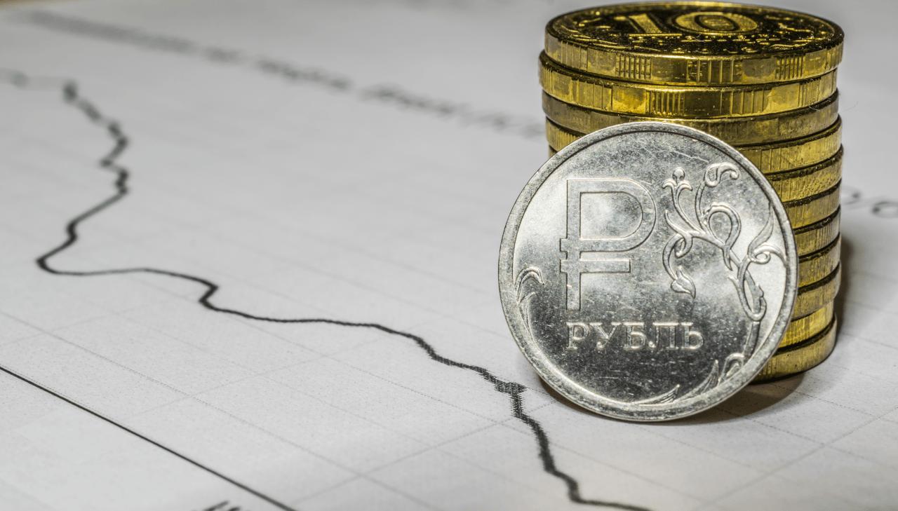 Рубль снизился на 1% к доллару из-за кризиса в Белоруссии